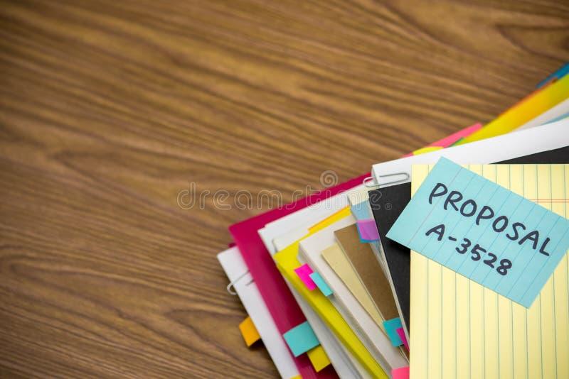 Propozycja; Stos Biznesowi dokumenty na biurku zdjęcia stock