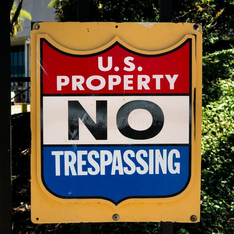 Propriété du panneau d'avertissement officiel de gouvernement des États-Unis images stock