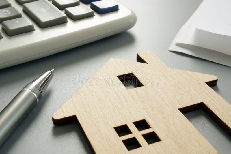 Propriété en valeur le concept Modèle et calculatrice en bois image stock