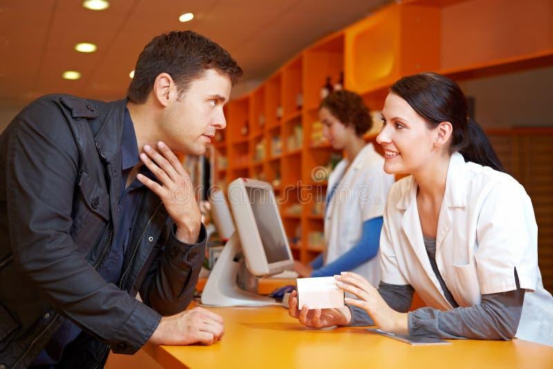 Propriétaire avec la grippe dans la pharmacie photo libre de droits