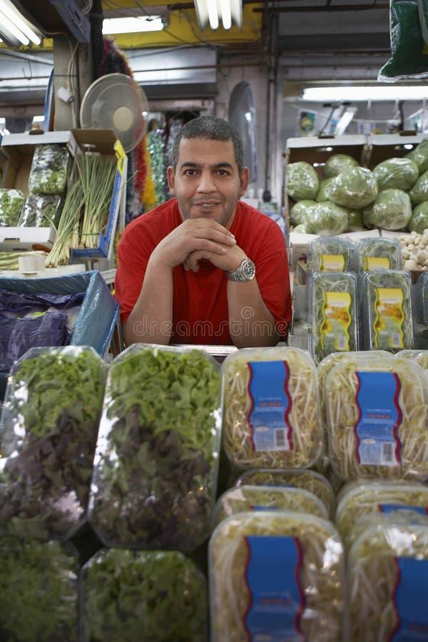 Propriétaire d'épicerie sûr photo stock