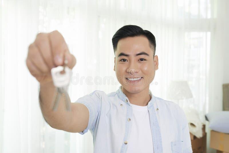 Propriétaire d'appartement montrant des clés photographie stock libre de droits