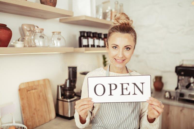 Propriétaire d'un signe de participation de café ouvert images libres de droits