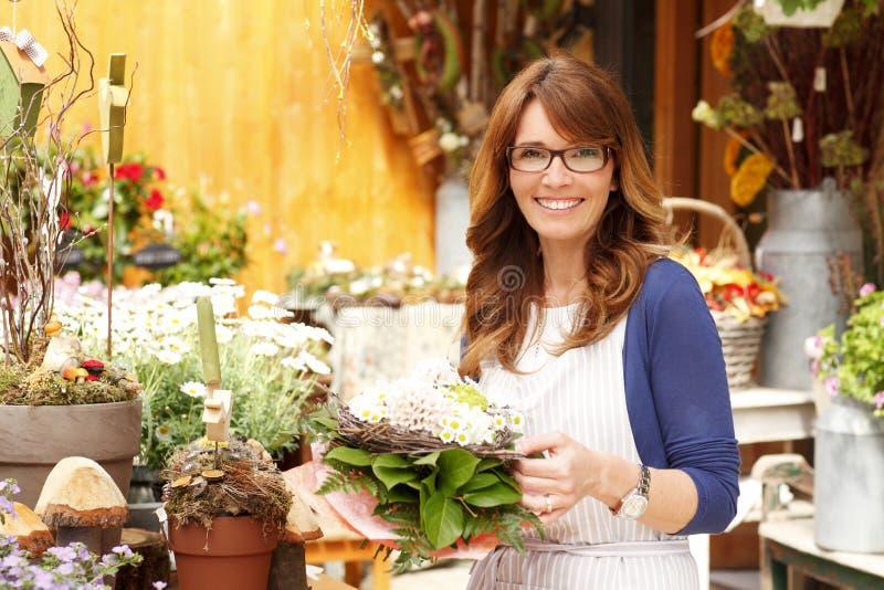 Propriétaire de boutique mûr de sourire de Small Business Flower de fleuriste de femme photo libre de droits