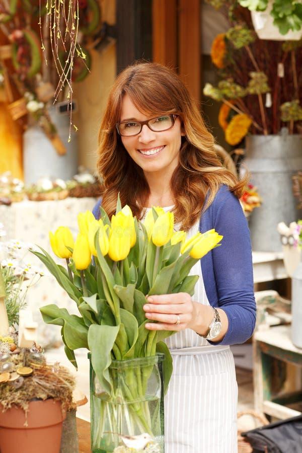 Propriétaire de boutique mûr de sourire de Small Business Flower de fleuriste de femme photos libres de droits