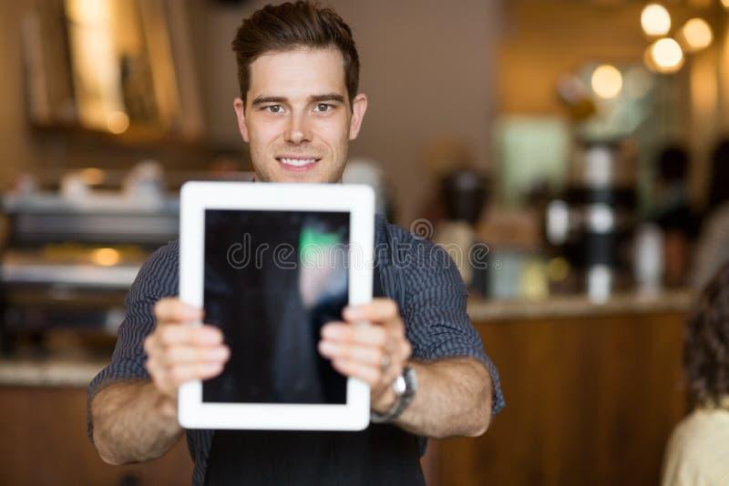 Propriétaire de café tenant la Tablette de Digital dans le restaurant image stock
