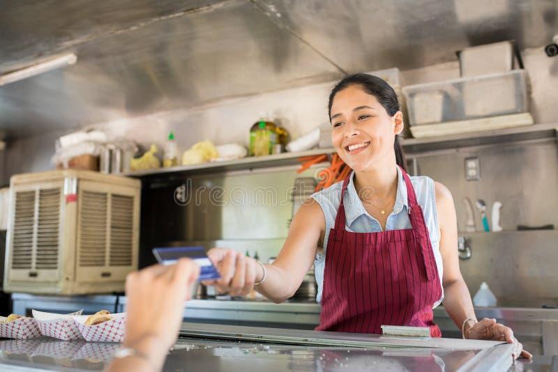 Propriétaire de camion de nourriture recevant le paiement images libres de droits