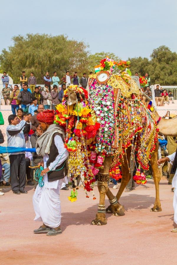 Propriétaire de chameau avec son chameau photographie stock