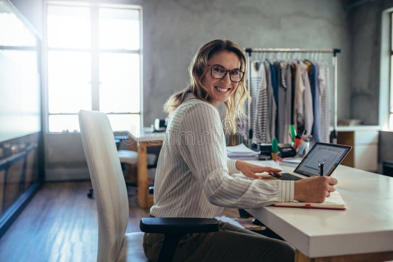 Propriétaire de magasin en ligne réussi image stock
