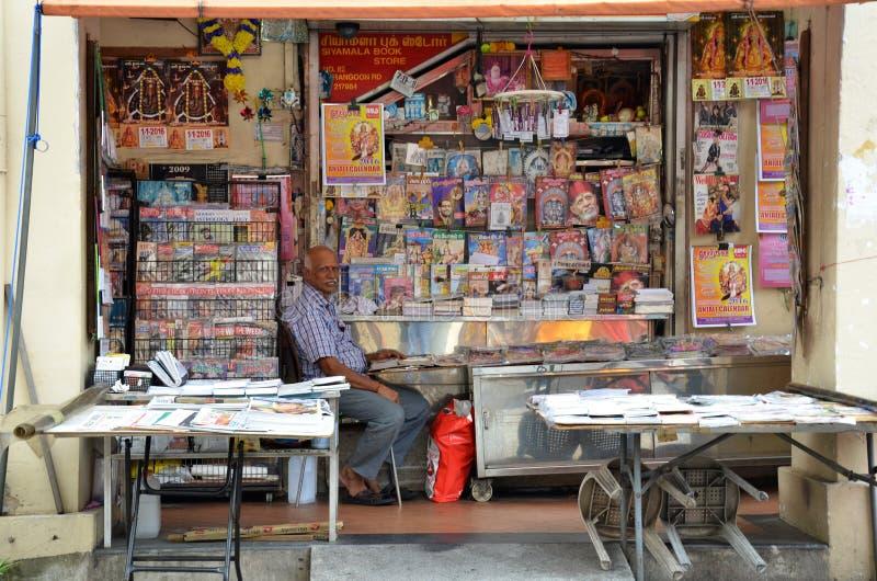 Propriétaire de magasin indien de magazines dans peu d'Inde, Singapour photographie stock