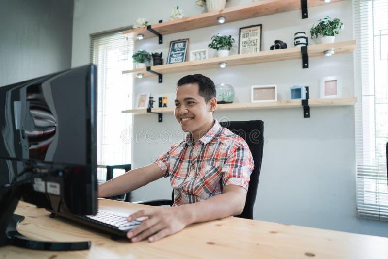 Propriétaire de petite entreprise travaillant dans son bureau compact photo stock