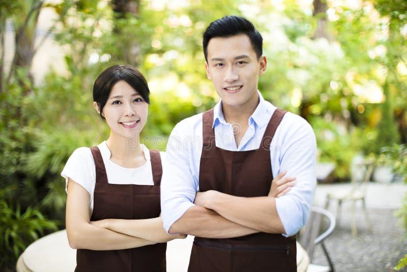 Propriétaire de restaurant se tenant avec l'associé photographie stock libre de droits