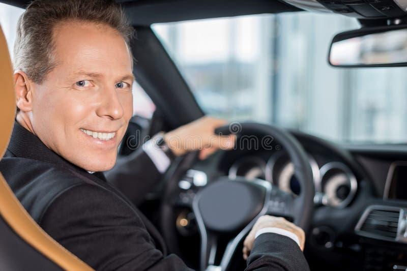 Propriétaire de voiture heureux. images libres de droits