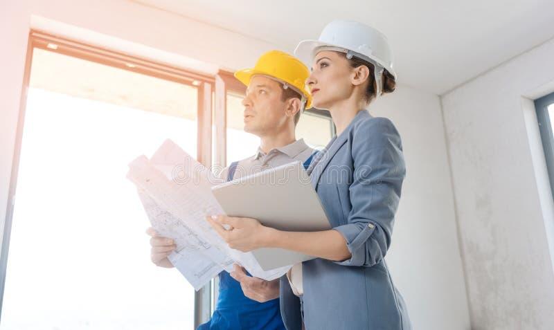 Propriétaire et travailleur de la construction de projet pendant l'acceptation photos stock