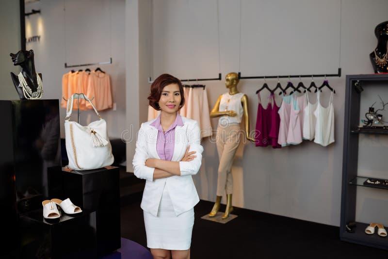 Propriétaire féminin de boutique images stock
