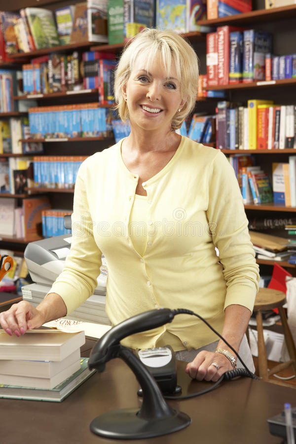 Propriétaire féminin de librairie images stock
