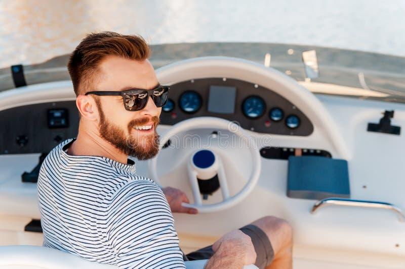 Propriétaire heureux de yacht photos stock