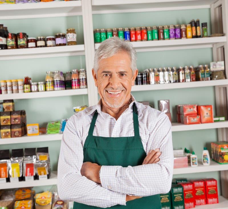 Propriétaire masculin supérieur souriant au supermarché photo libre de droits