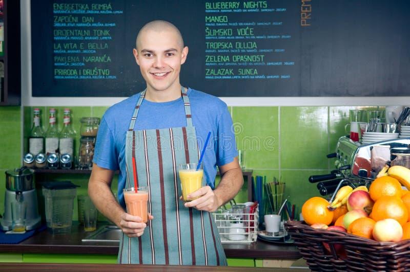 Propriétaire ou barman de bar de Smoothie photo libre de droits