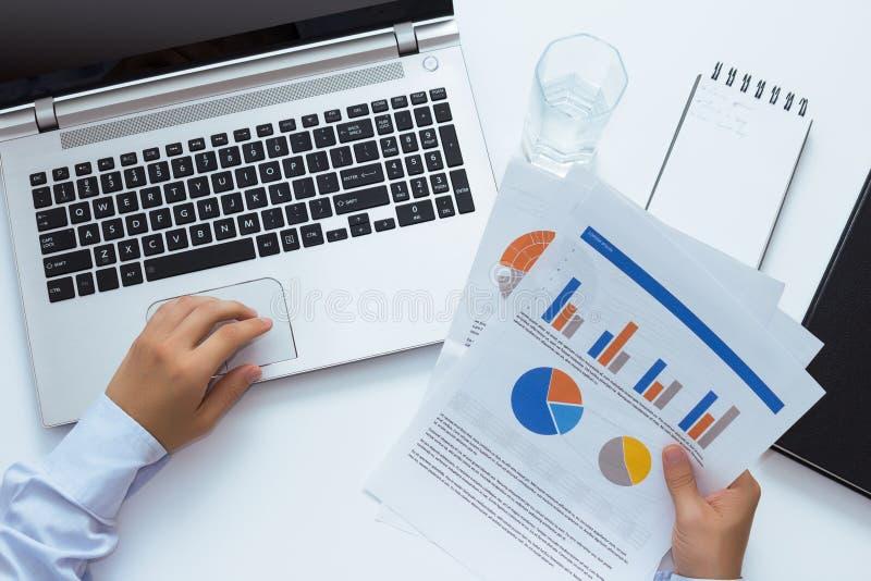 Propriétaire regardant l'information dans le document Filtre bleu images stock