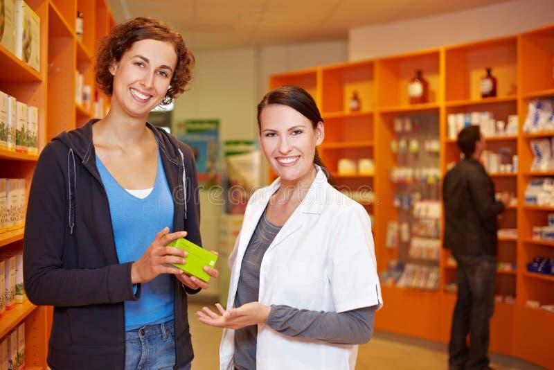 Propriétaire satisfaisant avec le pharmacien photo libre de droits