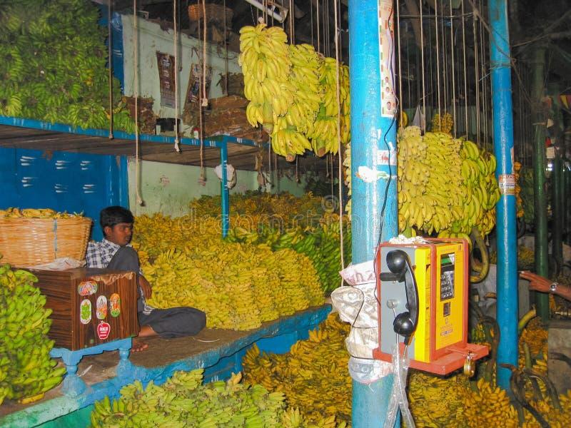 Propriétaires de attente du négociant indien de banane dans l'entrepôt image stock