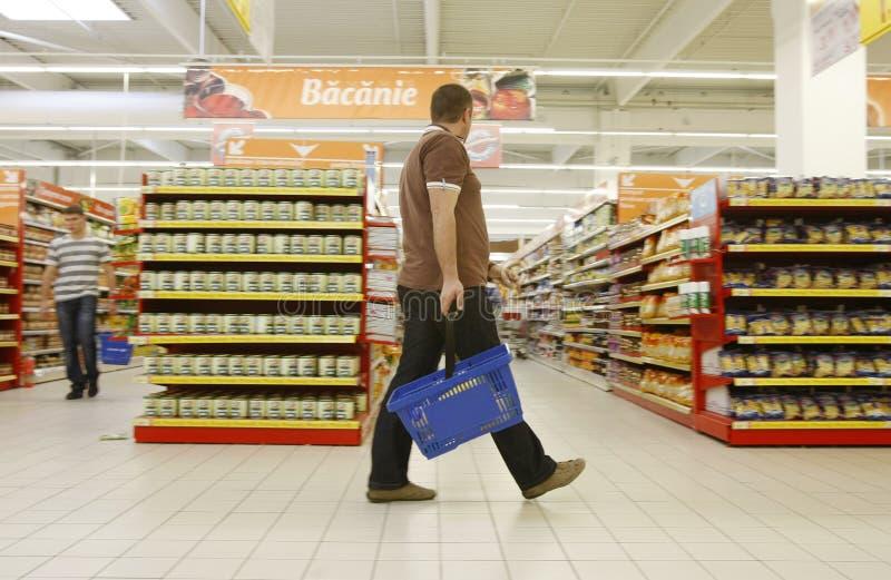 Propriétaires faisant des emplettes au supermarché photo libre de droits