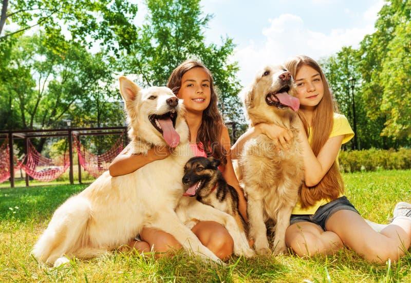 Propriétaires heureux d'animal familier photographie stock libre de droits