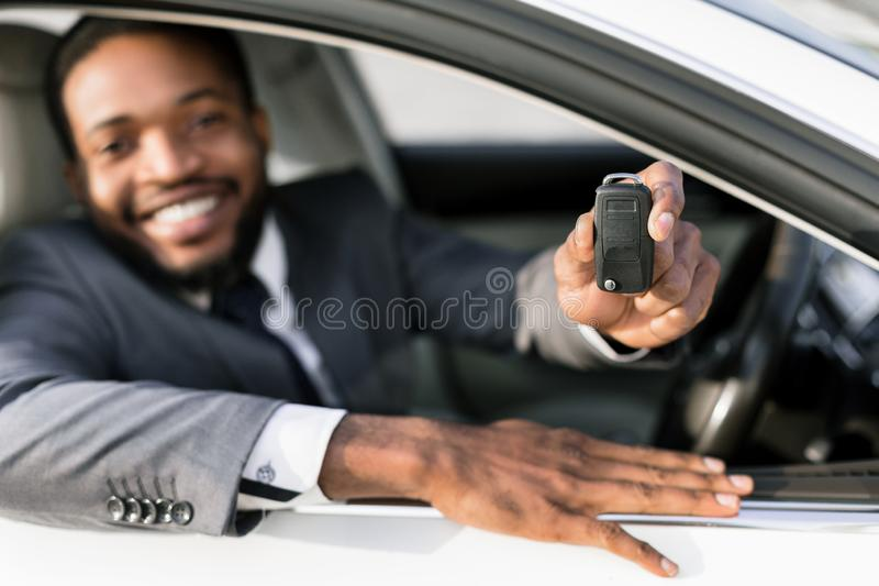 Propri?taire de voiture Clé heureuse d'apparence d'homme, se reposant dans l'automobile photo libre de droits