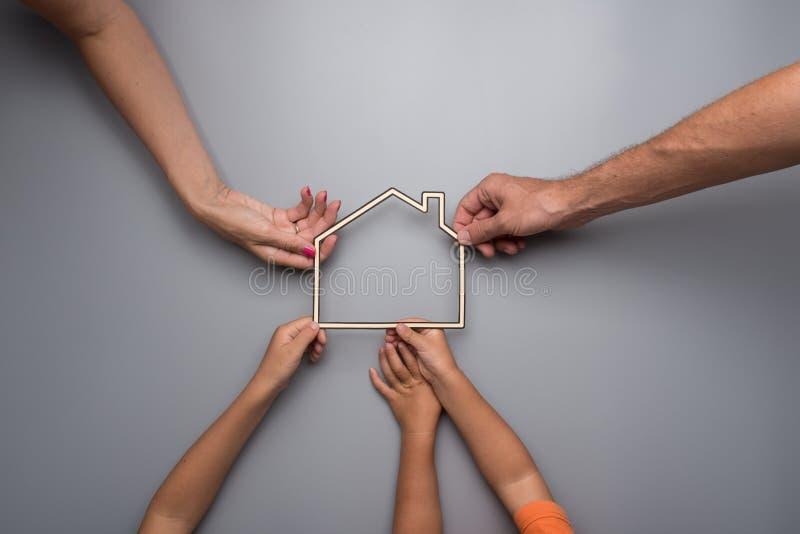 Propriedade da casa familiar ou conceito dos bens imobiliários imagens de stock