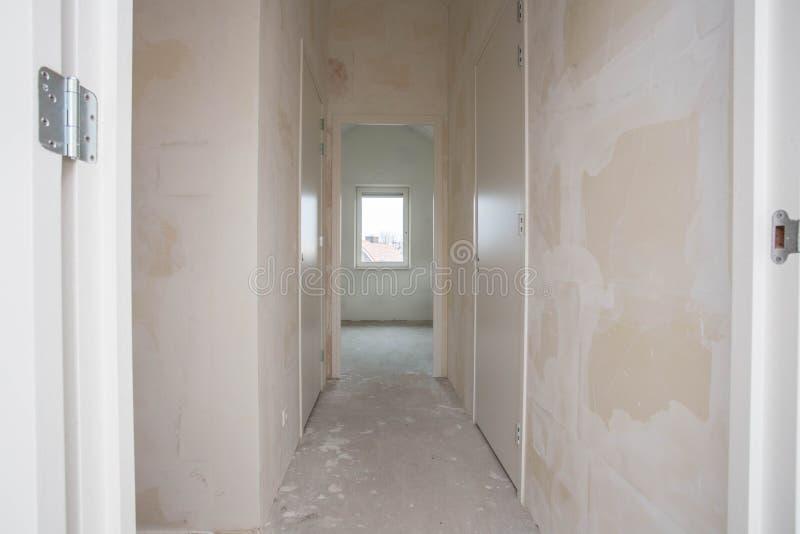 Propriedade da construção nova - se movendo para o apartamento novo - porta à sala de visitas moderna foto de stock royalty free