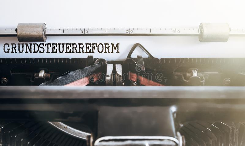 Propriedade de Grundsteuerreform da palavra ou reforma fiscal alemão da terra escrita na máquina de escrever velha imagens de stock