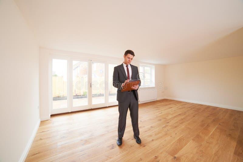 Propriedade de Looking At Vacant do agente imobiliário fotos de stock royalty free