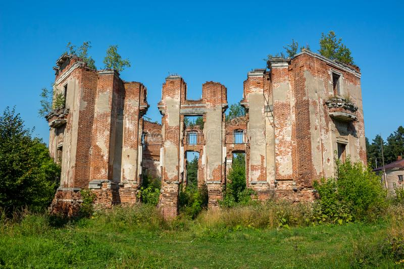 Propriedade de Petrovskoe-Alabino - as ruínas de uma fazenda abandonada no fim do século XVIII imagem de stock