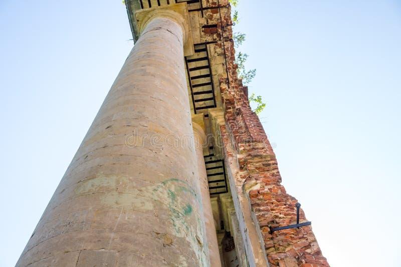 Propriedade de Petrovskoe-Alabino - as ruínas de uma fazenda abandonada no fim do século XVIII fotografia de stock