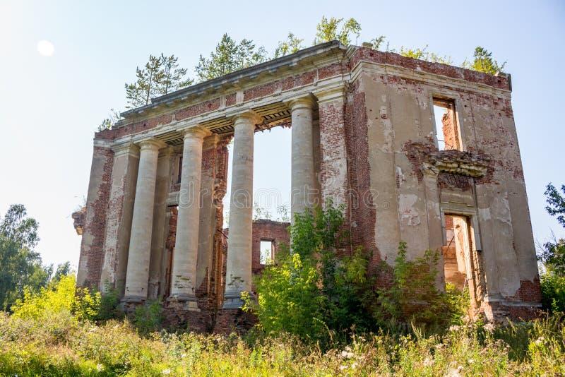 Propriedade de Petrovskoe-Alabino - as ruínas de uma fazenda abandonada no fim do século XVIII imagens de stock royalty free