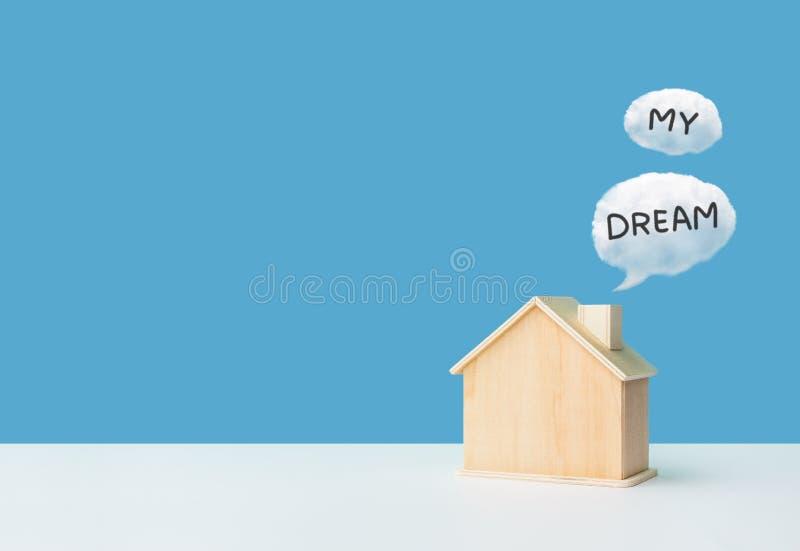Propriedade do negócio, conceitos dos bens imobiliários com casa modelo e meu texto ideal foto de stock royalty free