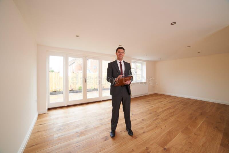 Propriedade nova de Looking Around Vacant do agente imobiliário foto de stock royalty free