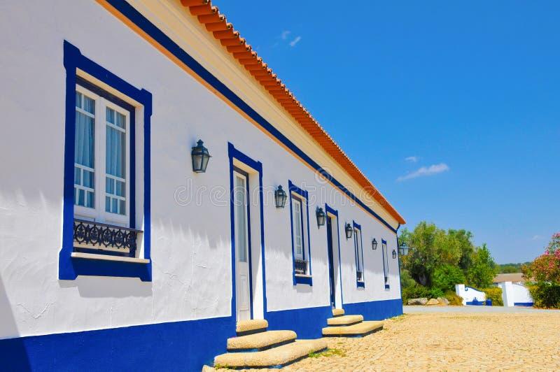 Propriedade típica do país do Alentejo, casa branca, listras azuis, curso Portugal fotos de stock royalty free