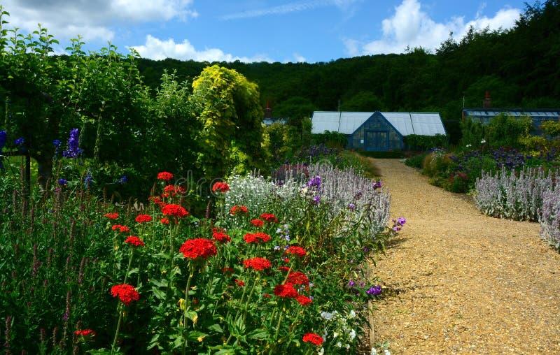 Proprietà del paese, fiori & giardino del confine, & serra immagine stock libera da diritti