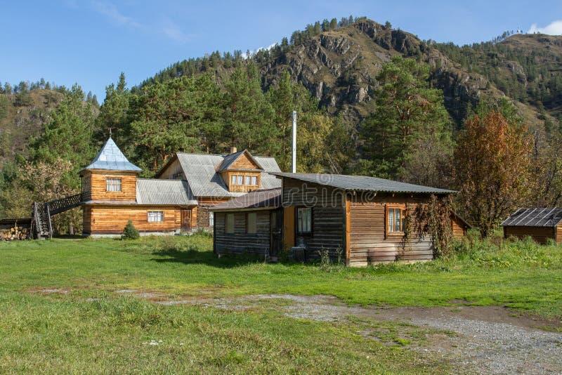 Proprietà del paese nelle montagne di Altai Viaggi di estate immagini stock
