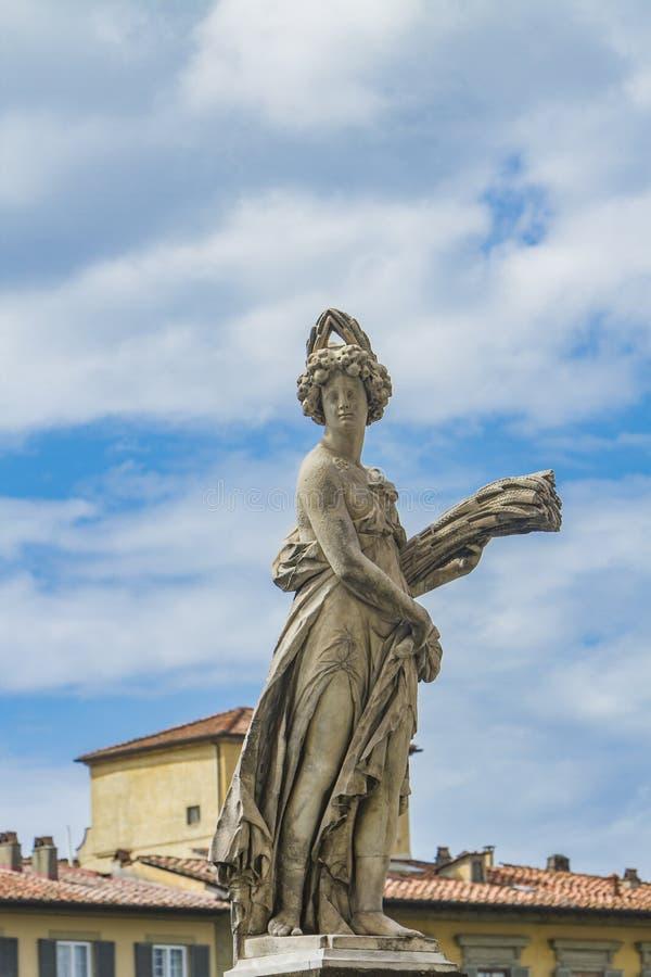 Proprietà di della di Statua a Ponte Santa Trinita a Firenze fotografie stock