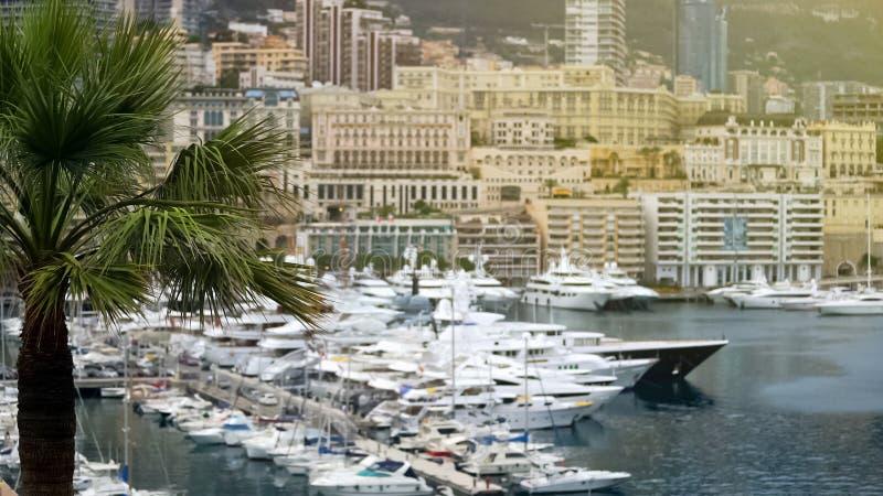 Proprietà di lusso nel Monaco, molte costruzioni di appartamento moderne, yacht in porto fotografie stock libere da diritti