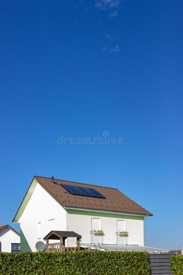 proprietà privata con il pannello solare fotografia stock libera da diritti