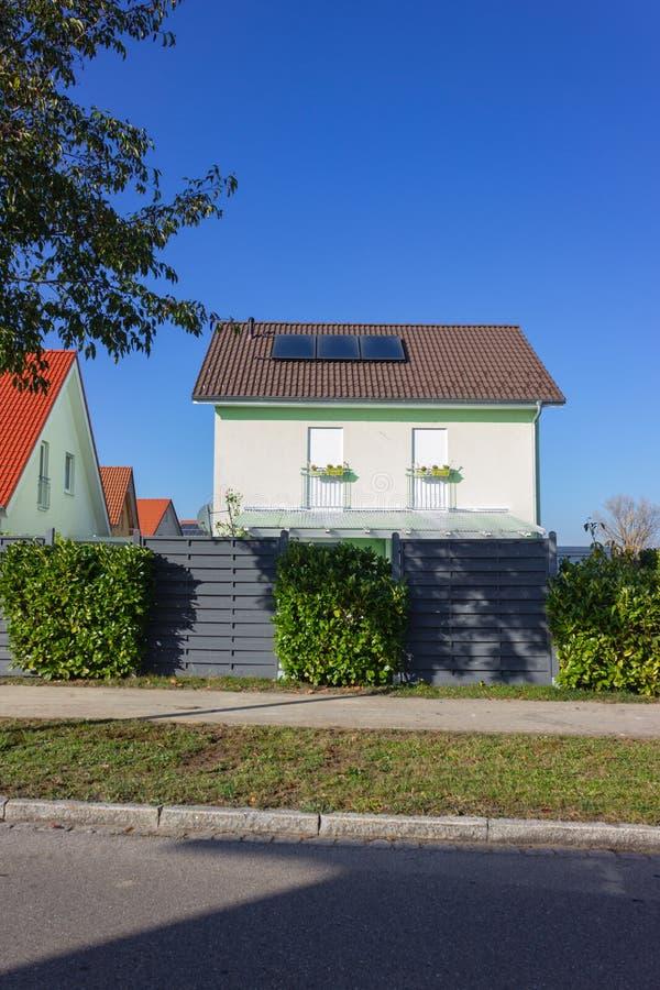 proprietà privata con il pannello solare fotografia stock