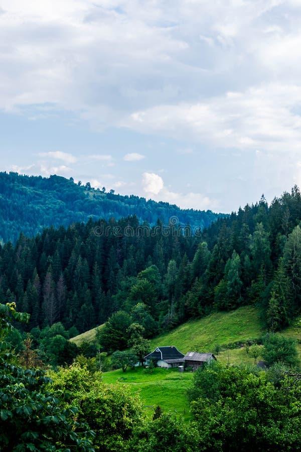 Proprietà privata nelle montagne carpatiche fotografia stock