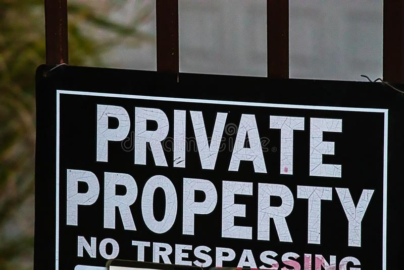 Proprietà privata: nessun segno di trepasse stampato in grassetto, in bianco e nero immagini stock