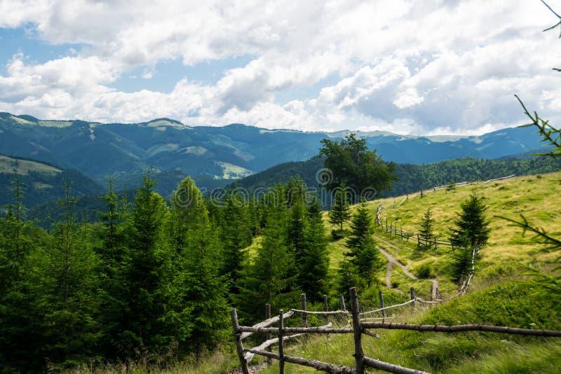 Proprietà privata recintata nelle montagne fotografie stock libere da diritti