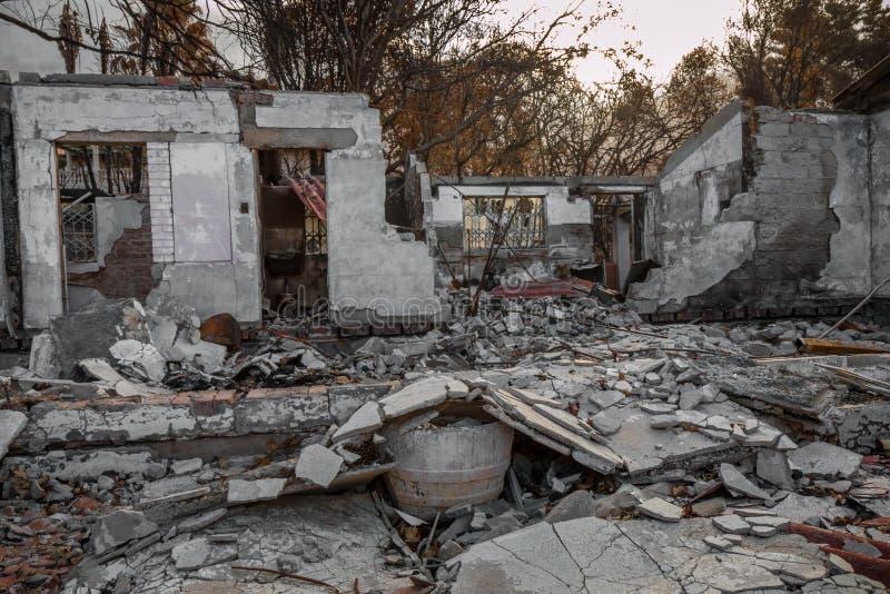 Proprietà residenziale distrutta in fuoco fotografie stock libere da diritti