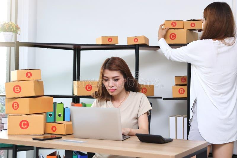 Proprietário asiático do empresário do adolescente que trabalha junto no local de trabalho em casa Crie a empresa de pequeno port imagem de stock